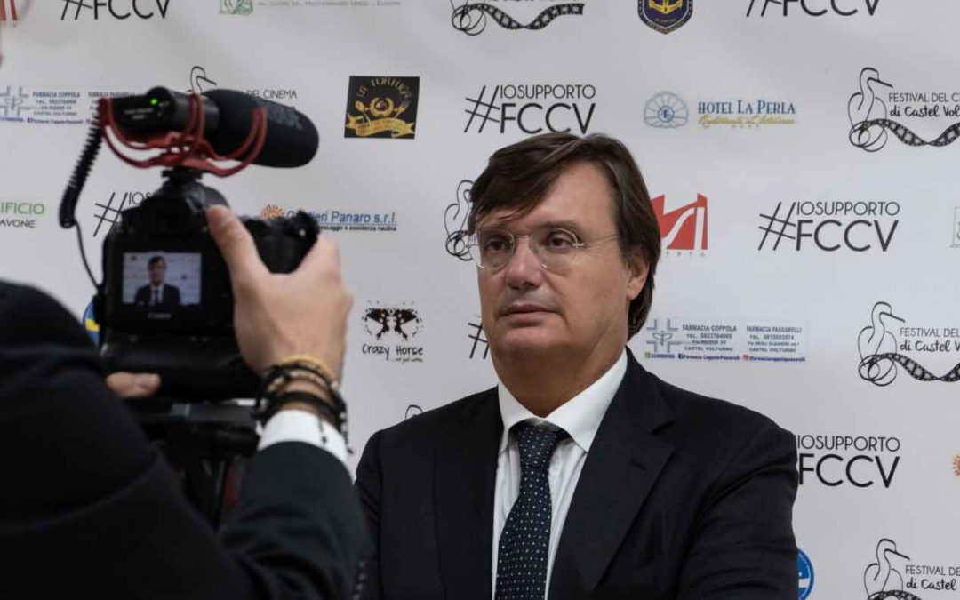 Fabrizio Monticelli consegna il premio per la miglior regia